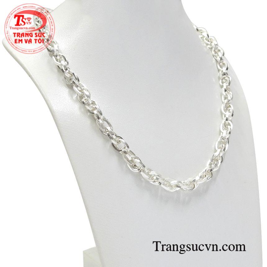 Chiếc dây chuyền bạc này sẽ giúp người đeo nổi bật vẻ cá tính, hợp với xu hướng.